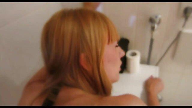 Joven potno español morena se masturba en el baño