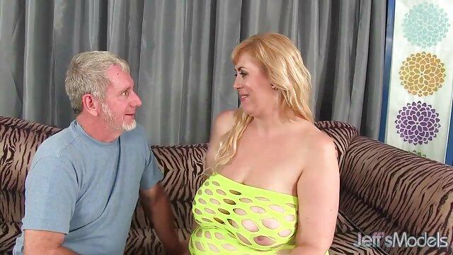 La rubia chupó la polla, y luego videos de sexo completos se la dio por el culo sin cuestionar