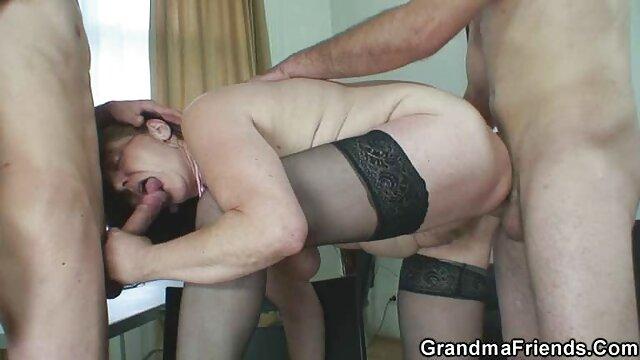 Rubia sexy acepta mostrar su coño en público por un hentai xxx sub español par de dólares
